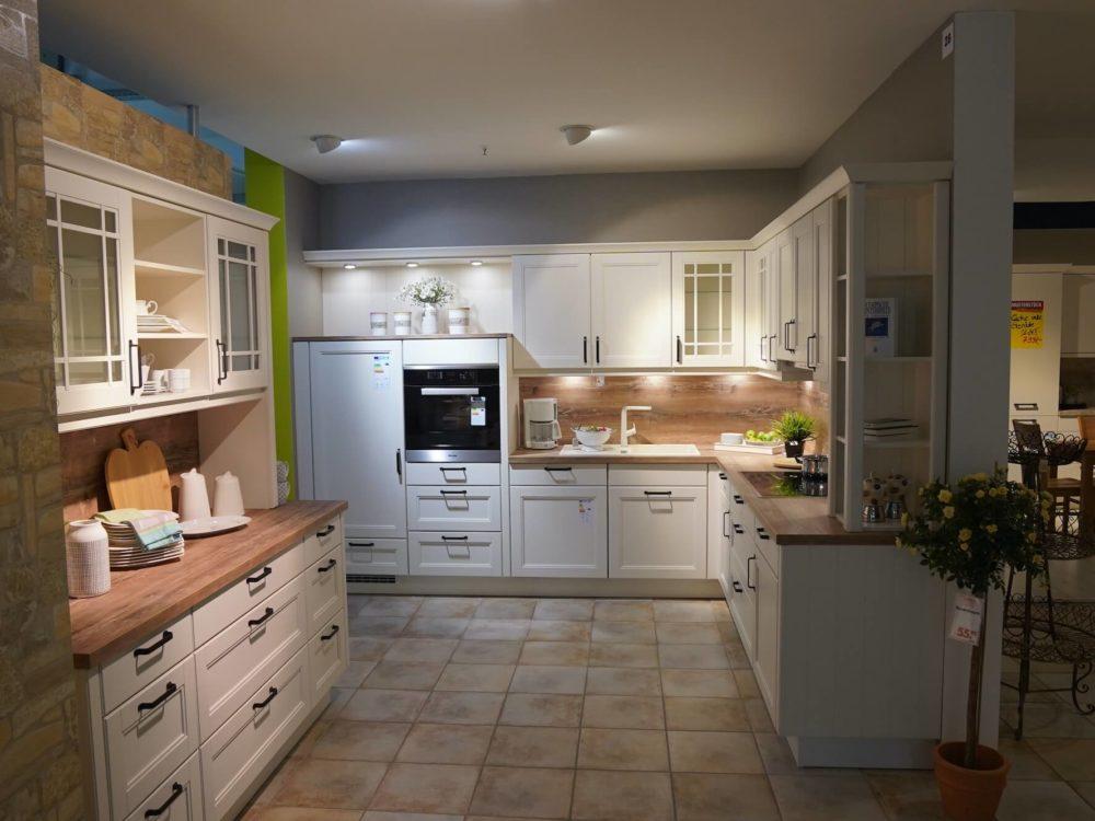 landhausküche Nobilia L-Form mit Küchenzeile Echtholz Magnolia lack und E-Geräten