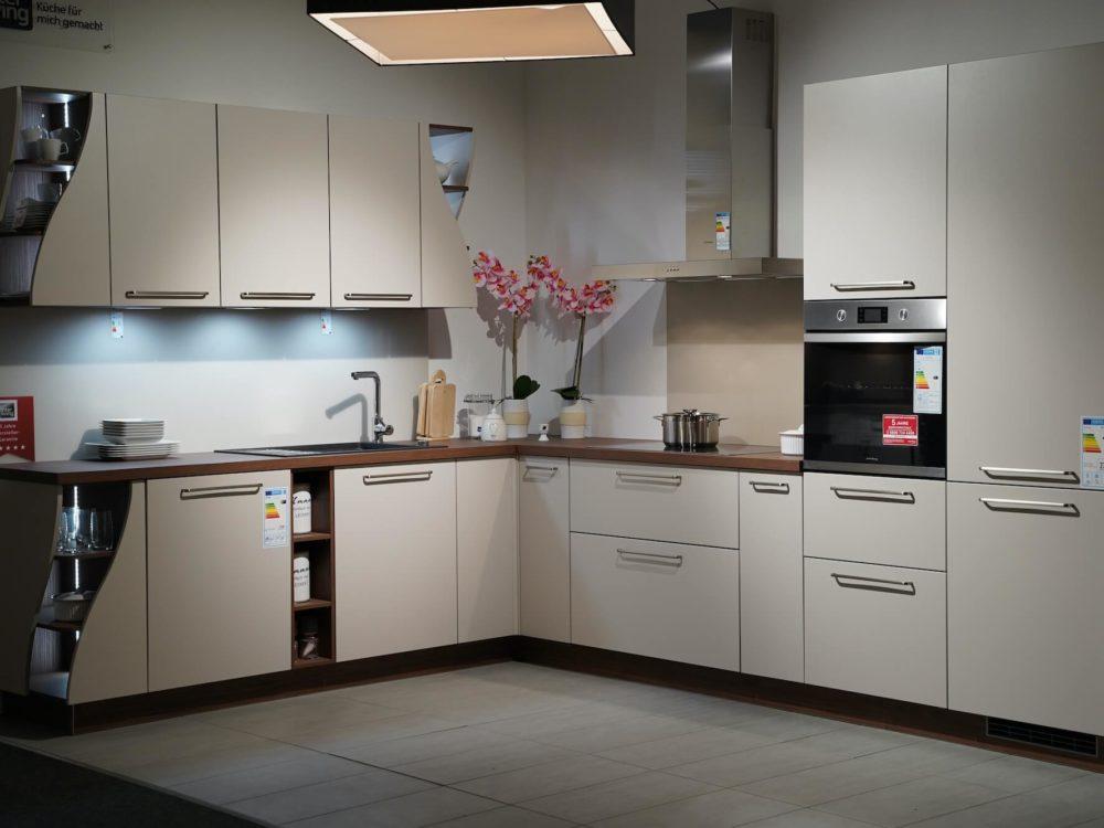modern L-Küche Lack softmatt Arbeitsplatte Nussbaum