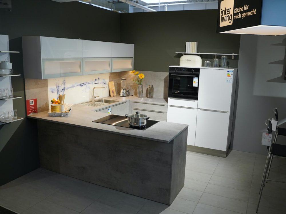 modern U-Küche beton Fronten Edelstahl Griffleisten
