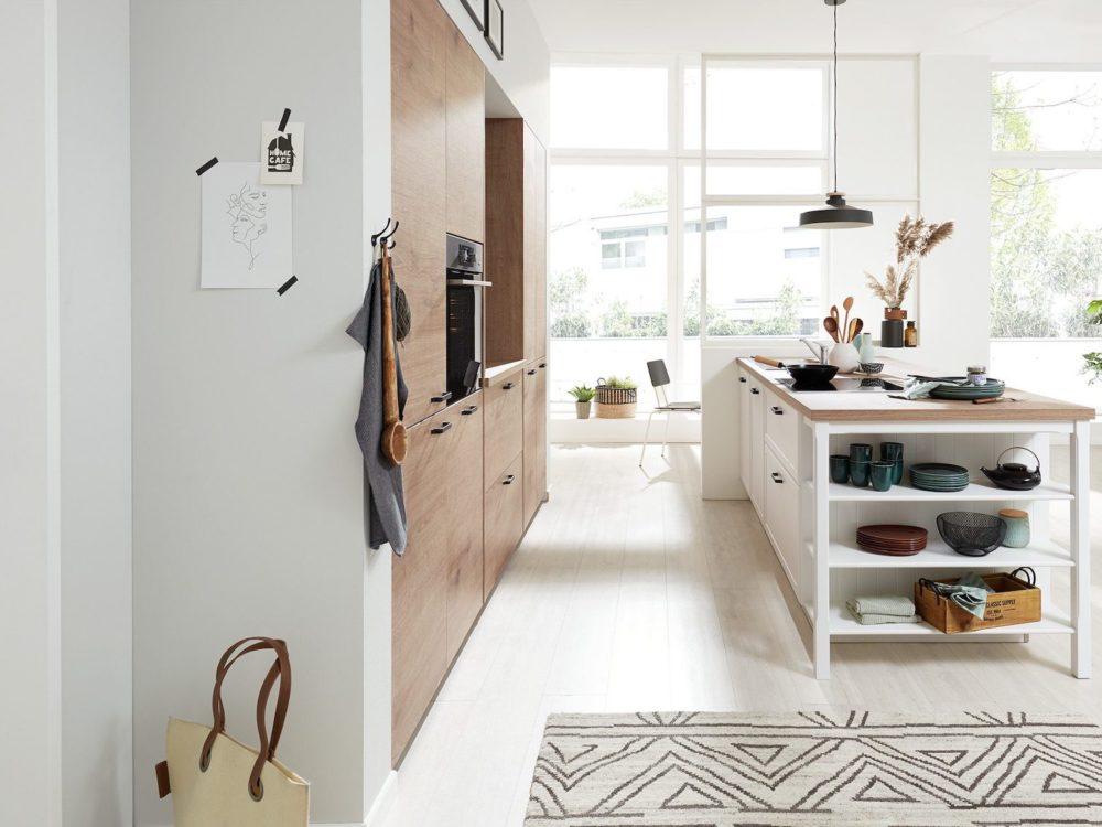 Insel Küche Lack Fronten weiß Arbeitsplatte Steineiche Landhausstil