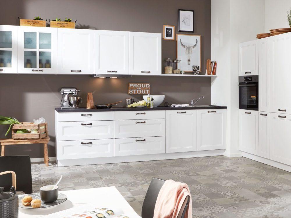 Küchenzeile Landhausküche weiß mit Hochschrank