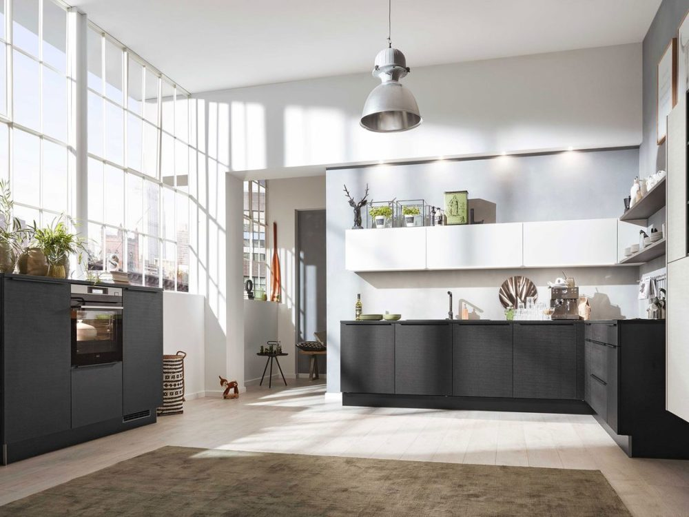 L-Küche cotton schwarz mit Edelstahl Griffleisten und Hängeschränken und Grieffleisten