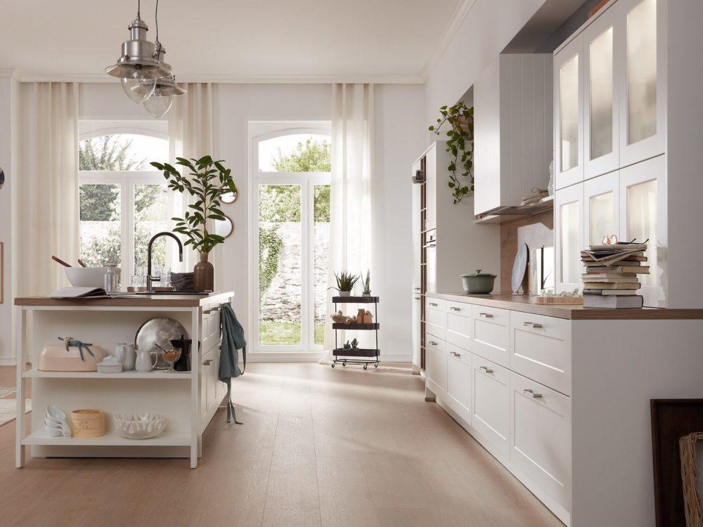 Landhausküche mit kücheinsel Holz Fronten in weiß