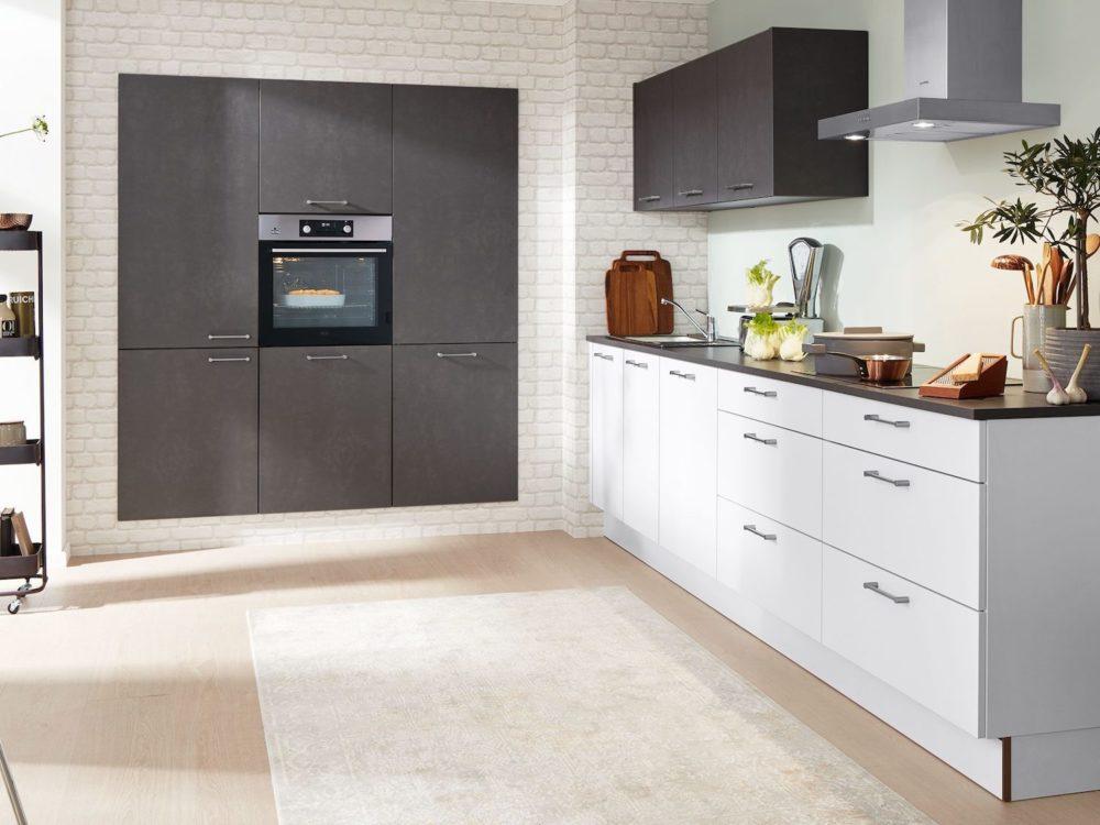 Moderne Küchenzeile Lack Laminat weiß und Hochschrank grau Stahl