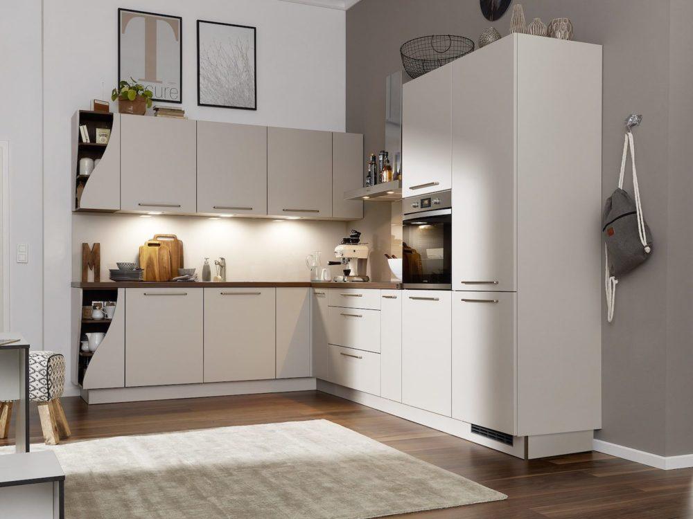 Moderne L-Küche weiß sahara softmatt und Wave Regale