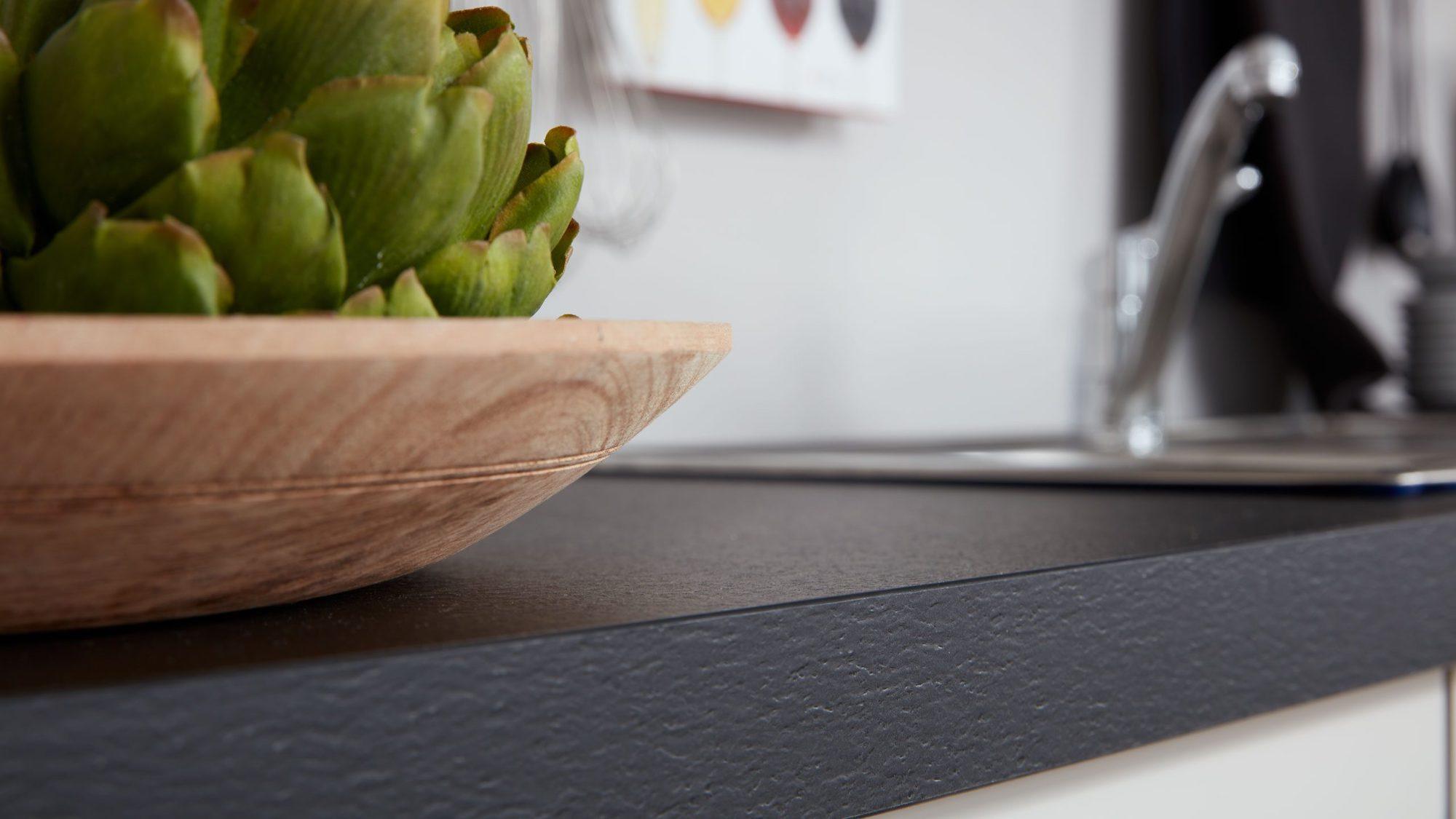 L-Küche modern weiß softmatt schwarze Arbeitsplatte