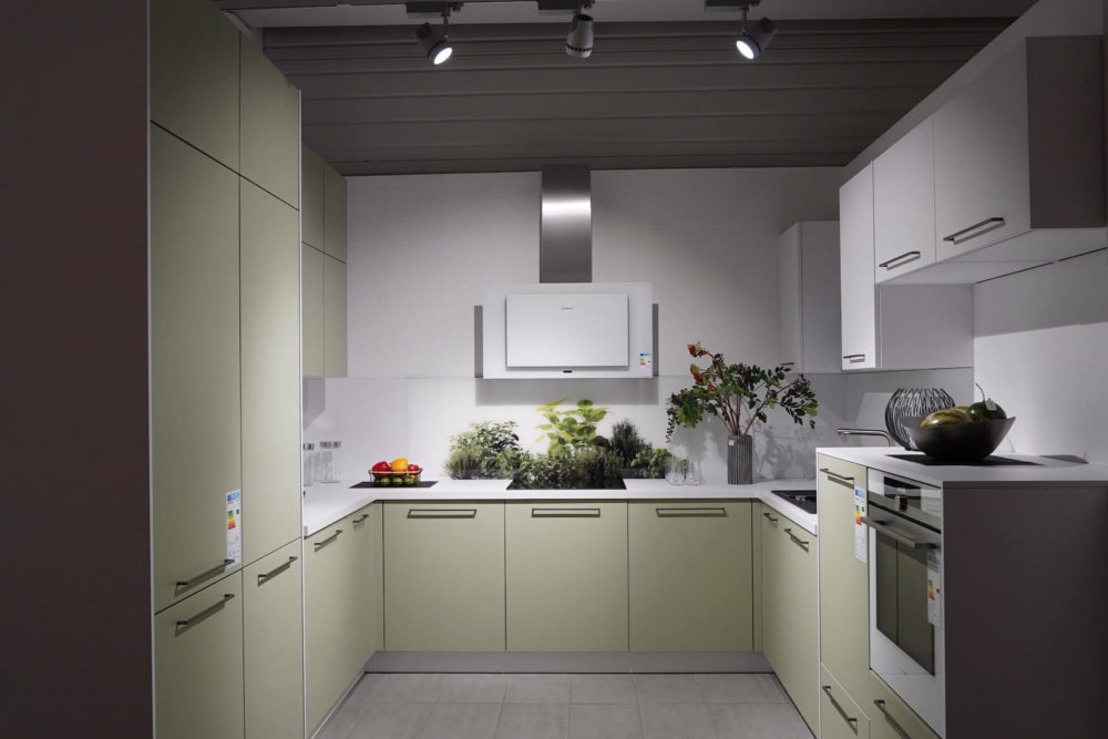 Moderne U-Form Küche avocado matt Lack mit E-Geräten
