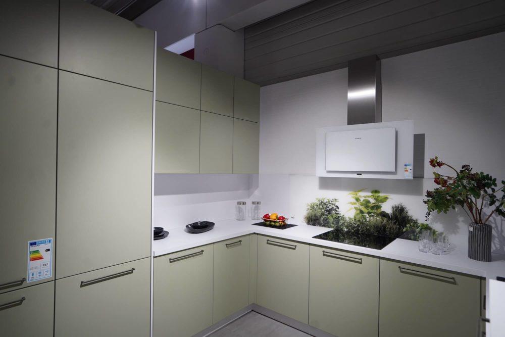 Moderne U-Küche Nolte avocado matt mit Griffen
