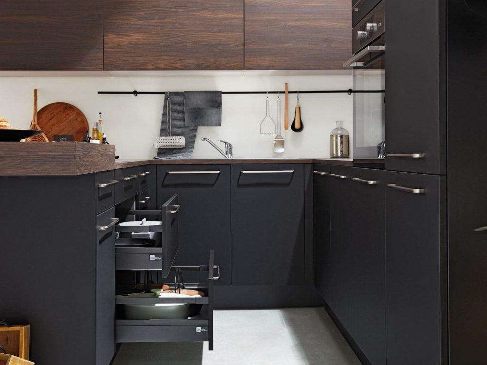 U-Küche modern schwarz softmatt und Arbeitsplatte Nusbaum